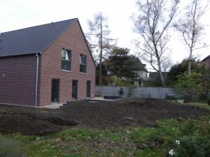 Garten mit vorbereitetem Pflanzgraben und Pflanzlöchern
